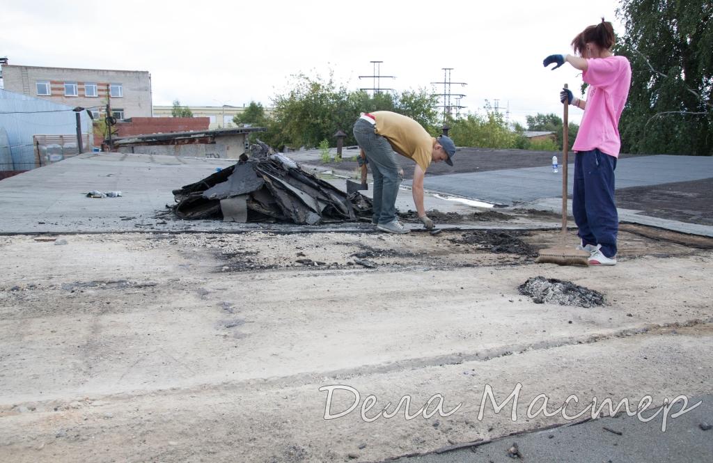 Очищаем крышу от мусора и крошки