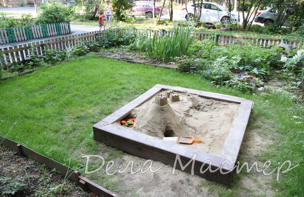Песочница, огражденная лужайка с засеянной травой (1)