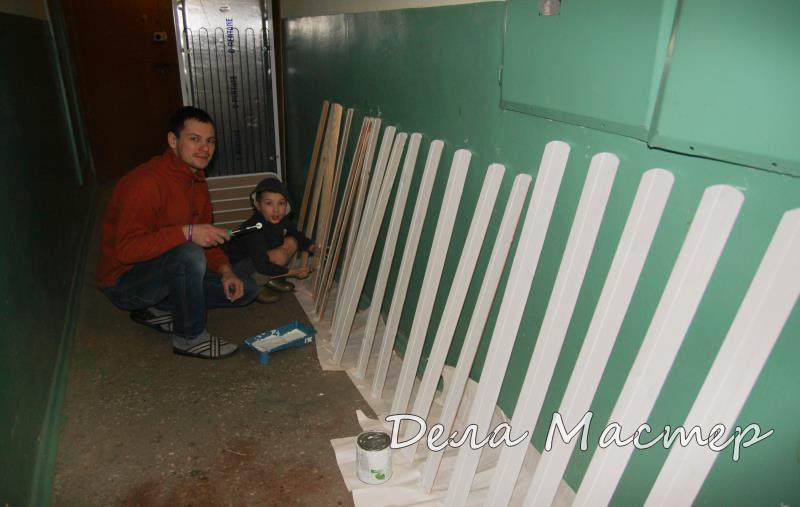 Красим забор с ребенком